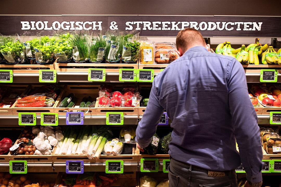 Biologische- en streekproducten in een supermarkt. Volgens LTO willen consumenten wel duurzaam voedsel, maar is men niet bereid daar extra voor te betalen. - Foto: ANP