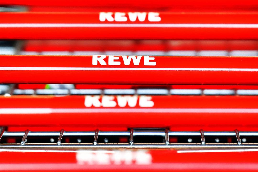 Winkelwagens bij Rewe, één van de grote retailers in Duitsland. - Foto: ANP