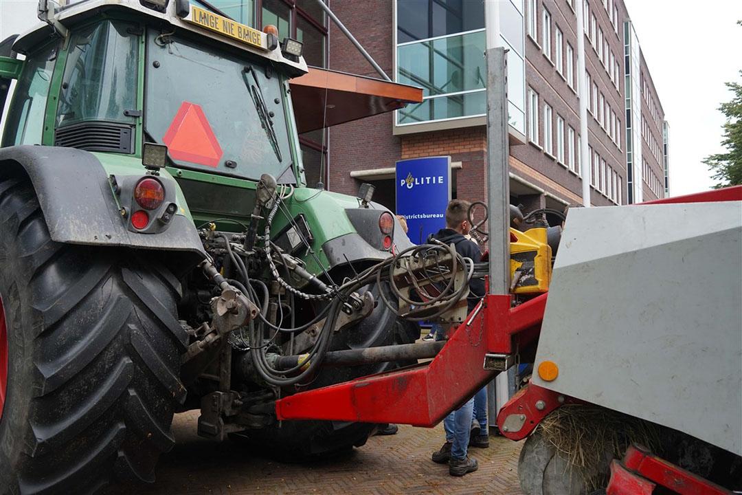 Met trekkers gingen boeren zaterdag naar het politiebureau in Zwolle om aangifte te doen tegen minister Schouten vanwege het stikstofbeleid. - Foto: ANP