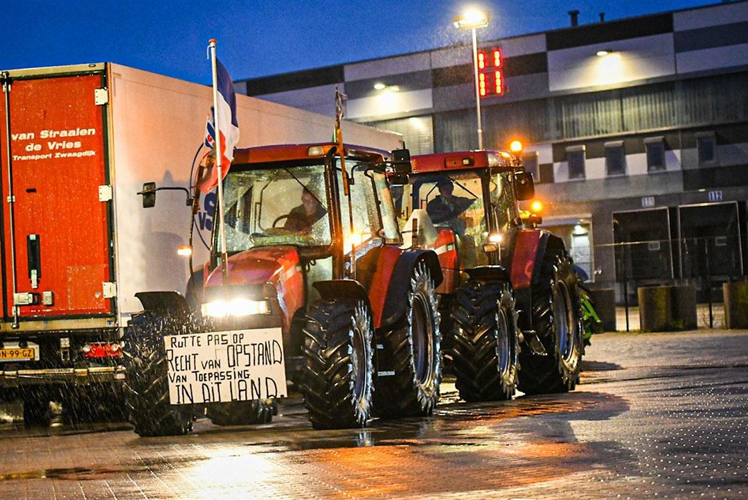Boeren blokkeerden zaterdagavond een distributiecentrum van supermarktketen Lidl in Heerenveen. - Foto: ANP