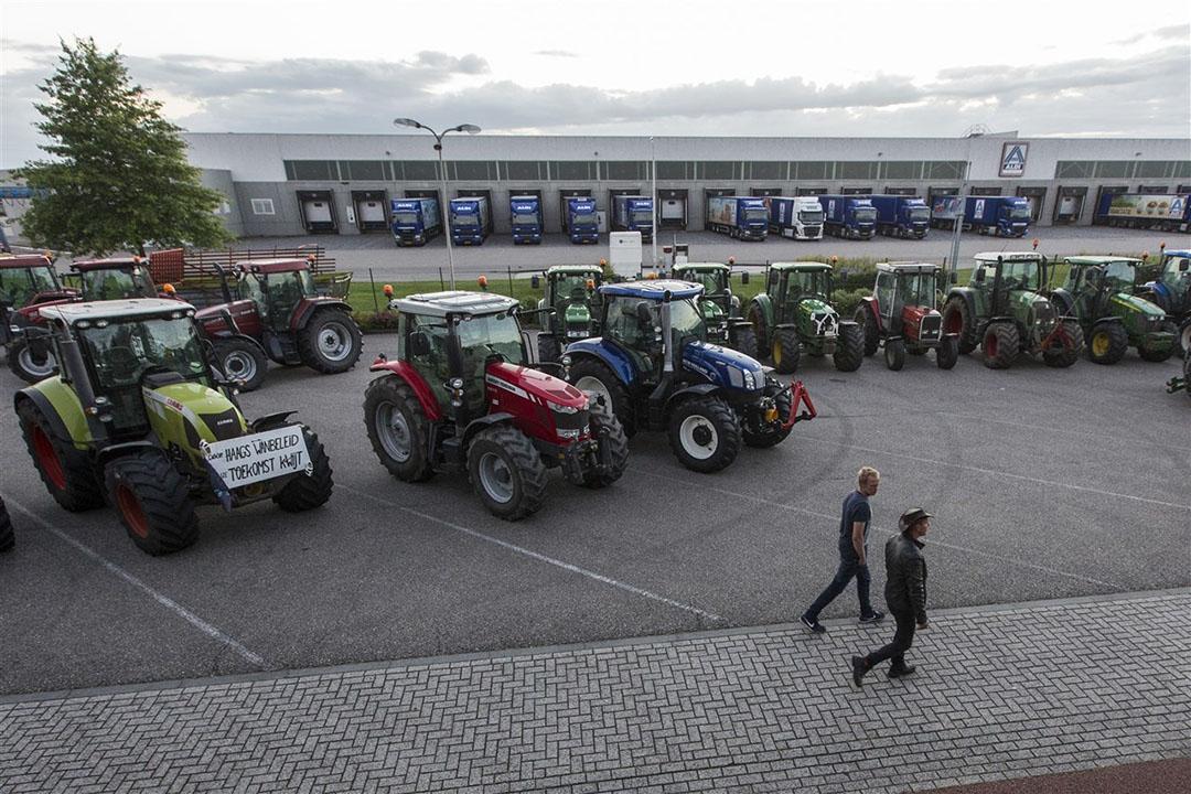 Zo'n 300 boeren hebben zondagavond het terrein rond het distributiecentrum van Aldi in Groenlo bezet. Foto: ANP - Vincent Jannink
