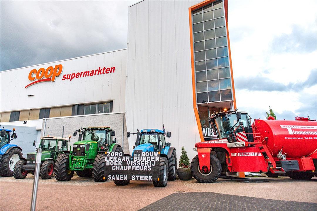 Boeren blokkeerden zondagavond het distributiecentrum van Coop Supermarkten in het Drentse Gieten. - Foto: Venema Media/Novum RegioFoto