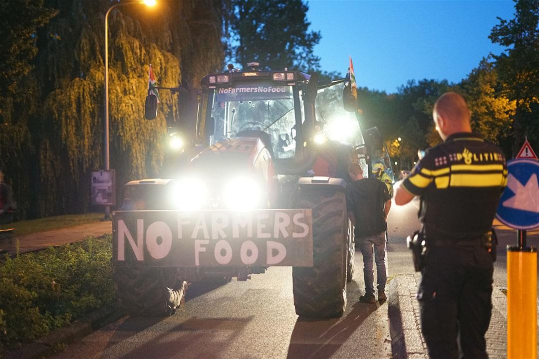 Maandagavond negeerden Groningse boeren het verbod op demonstratie met trekkers. Zij kunnen een bekeuring verwachten. - Foto: ANP