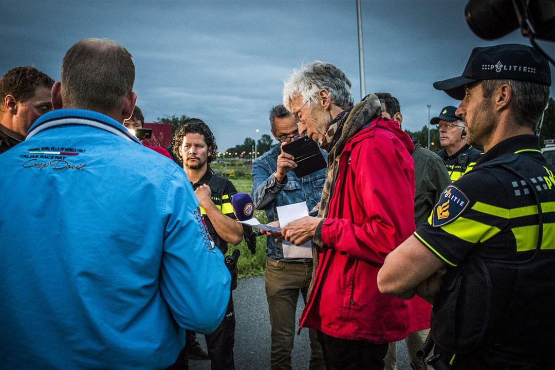Boeren praten met Johan Vollenbroek (midden) van Mobilisation for the Environment (MOB). - Foto: ANP