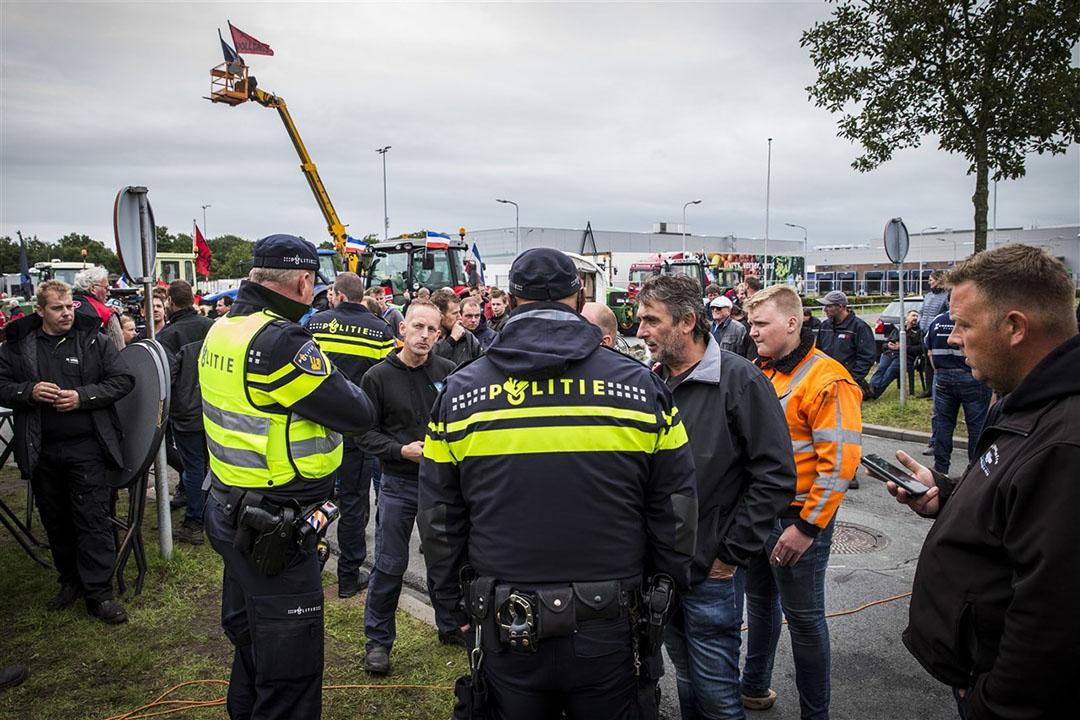 Boeren blokkeerden afgelopen vrijdag het distributiecentrum van Albert Heijn in Zwolle, waardoor er 230 winkels niet konden worden bevoorraad. Foto: ANP
