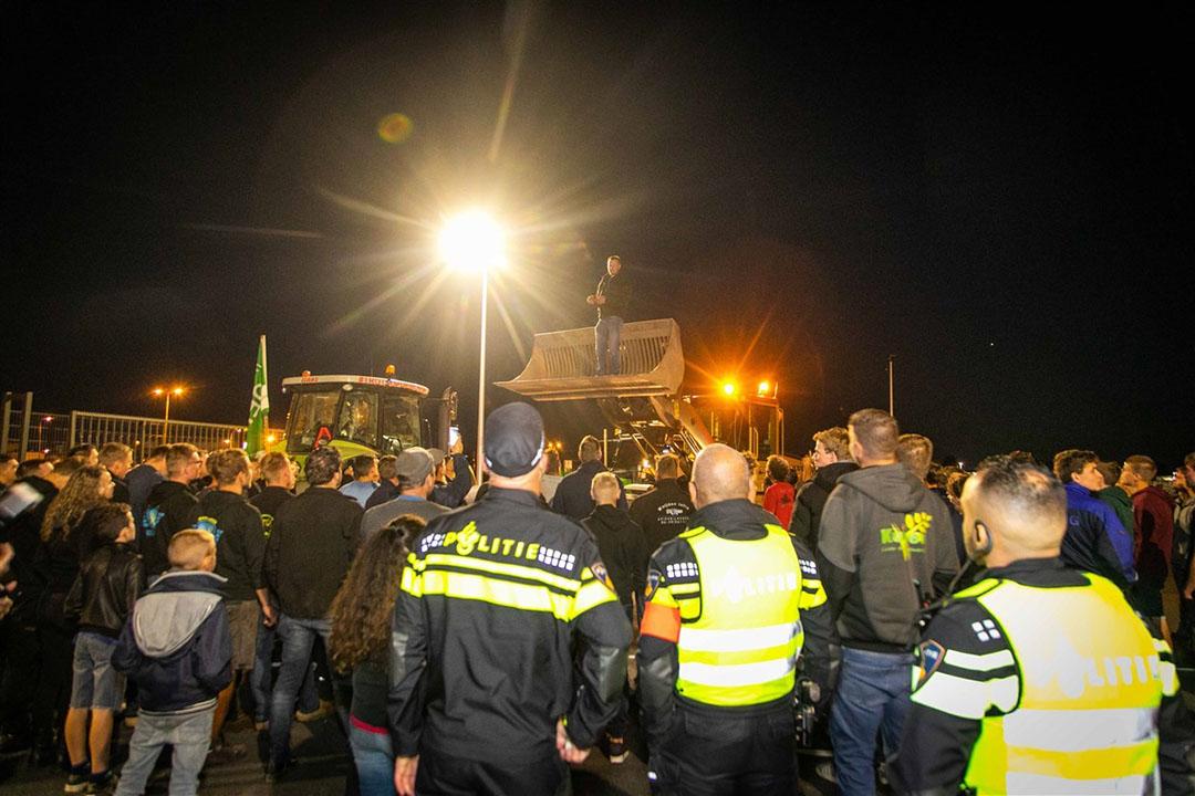 Een groep boeren is vrijdagavond 10 juli met trekkers richting Schiphol gereden om te demonstreren tegen voermaatregelen. Ze zijn door de marechaussee tegengehouden. - Foto: ANP