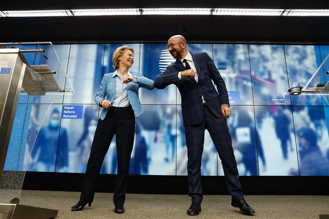 Ursula von der Leyen, voorzitter van de Europese Commissie, en Charles Michel, voorzitter van de Europese Raad, na het akkoord over het EU-noodfonds. De koers van de euro steeg na het akkoord over het nodpakket en de meerjarenbegroting. - Foto: ANP