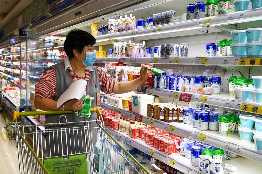 Zuivelschap in een Chinese supermarkt. De Chinese economie lijkt sneller te herstellen van het coronavirus dan andere landen. - Foto: ANP/Chine Nouvelle/Sipa
