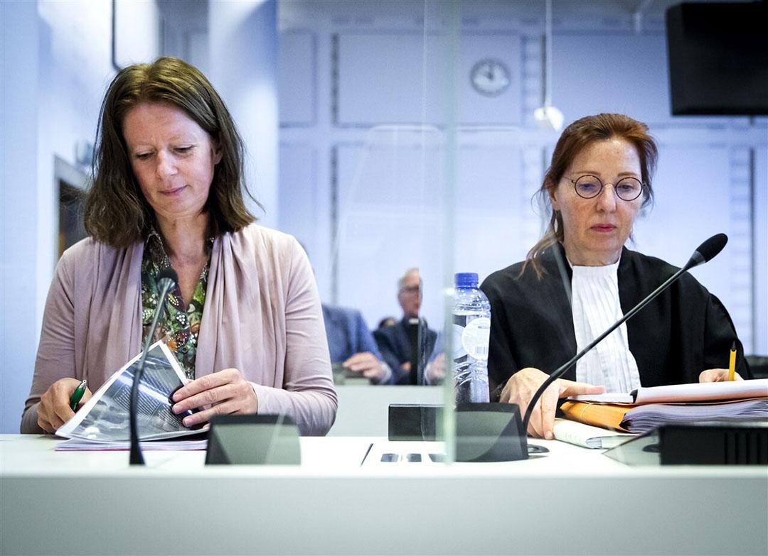 Geesje Rotgers van AgriFacts (links) en advocaat Marjan Peters voor aanvang van het kort geding over de veevoermaatregelen waarmee het ministerie van Landbouw, Natuur en Voedselkwaliteit (LNV) de stikstofuitstoot terug wil dringen. - Foto: ANP/Remko de Waal