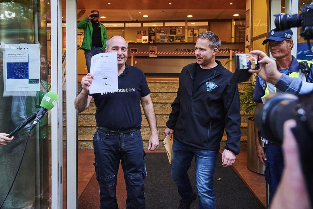 Boeren deden op 6 juli aangifte tegen landbouwminister Carola Schouten bij het politiebureau aan de Langegracht in Leiden. - Foto: Hollandse Hoogte