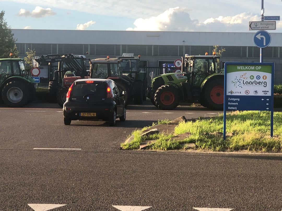 Het industrieterrein in Groenlo waar het distributiecentrum van Aldi is, staat vol met trekkers. - Foto: Boerderij