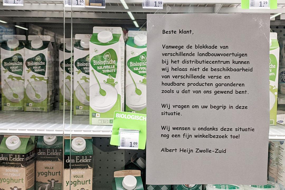 Bij de Albert Heijn in Zwolle hangt dit A4'tje nu op de koelvitrines naar aanleiding van het boerenprotest bij distributiecentrum Albert Heijn vandaag, vrijdag 10 juli. - Foto: Jan Braakman