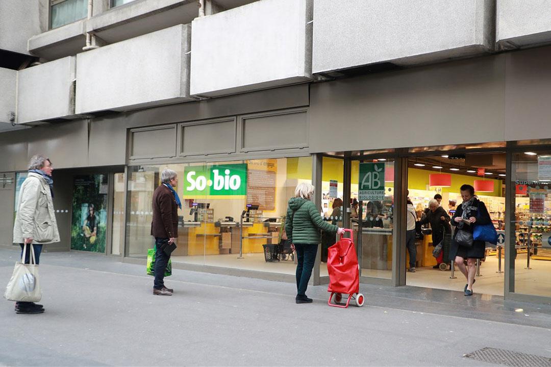 Tijdens de lockdown vanwege het coronavirus staan klanten in de rij voor een Franse biologische supermarkt. - Foto: Ludovic Marin/AFP
