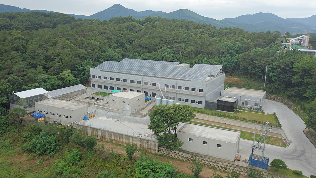 Het Deense ACO Funki bouwde in Zuid-Korea een etagestal voor 450 zeugen met biggen tot 30 kilo. - Foto: ACO Funki