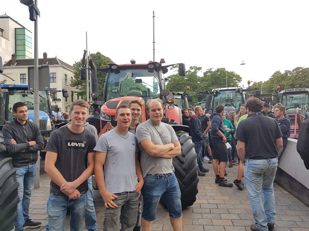 Melkveehouder Dirk-Jan Oskam (rechts) uit IJsselstein (Utrecht) was snel in Den Haag.