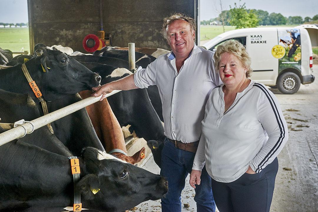 Bert en Ine van Zeelst laten melk van hun bedrijf verwerken tot kaas. Deze kaas wordt verkocht via het concept 'Mijn Kaaskoe'. Foto: Van Assendelft Fotografie
