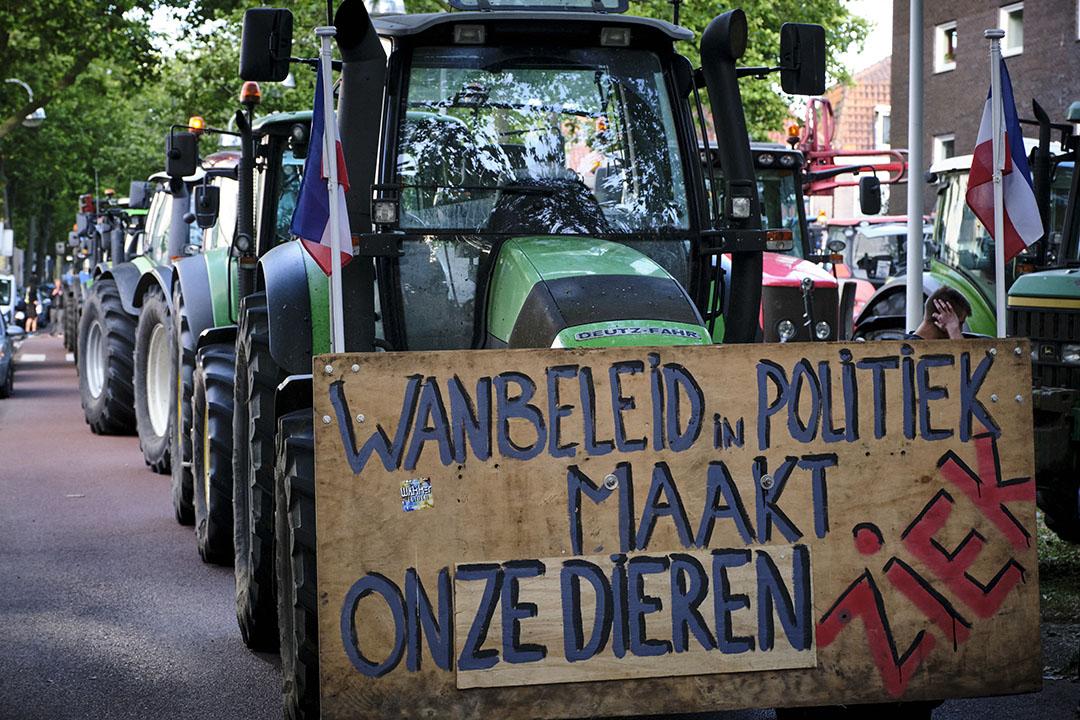 Boeren uit de omgeving van Leiden demonstreerden maandagavond tegen de voermaatregel. - Foto: Roel Dijkstra