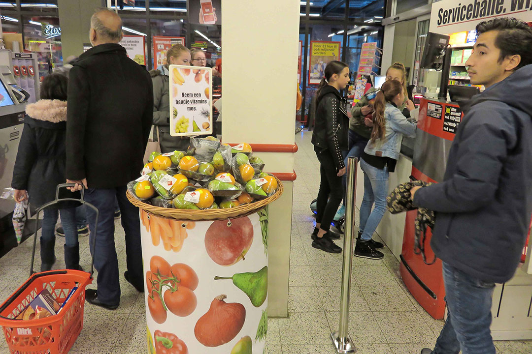Fruit bij de kassa. De VU onderzocht bij Dirk of dit de aankoop van fruit bevordert. Het leek te werken, maar meer onderzoek is nodig. - Foto: Ton van der Scheer