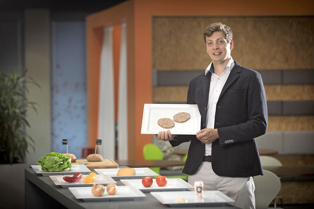Mendelt Tillema is oprichter van de start-up UmaMeats. Het bedrijf brengt rundvleesburgers en worsten op de markt die verrijkt zijn met zeewier. - Foto: Koos Groenewold