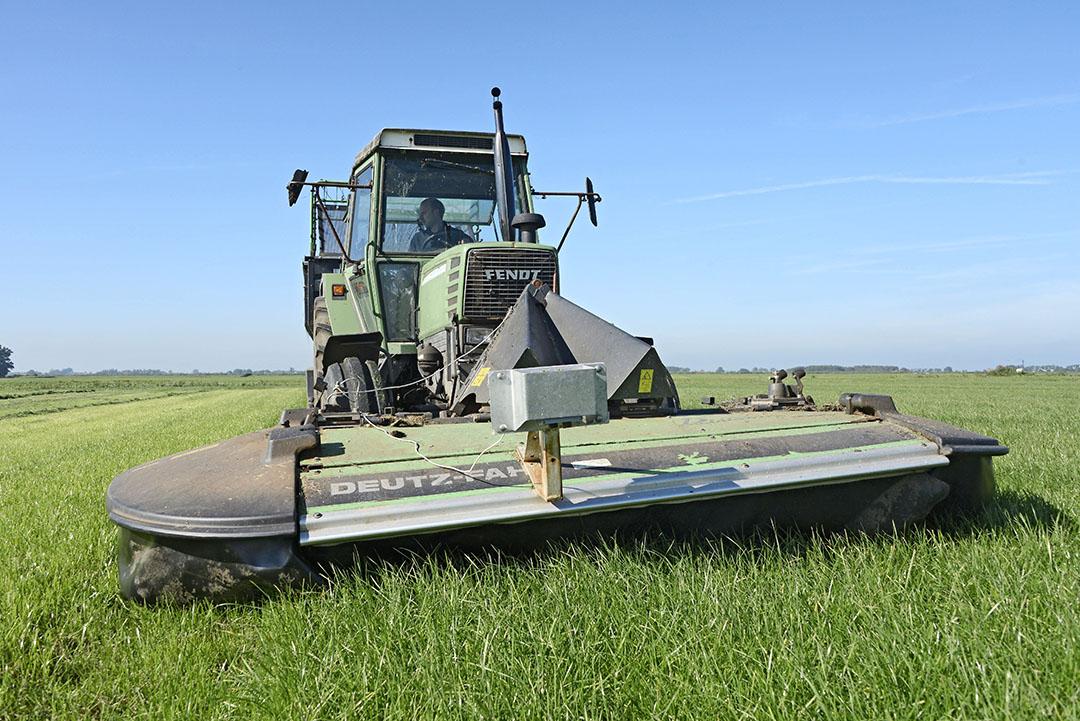 Een ultrasone grasmeter, Pasture Reader, voorop de frontmaaier. Het apparaat meet tijdens het maaien de grasopbrengst en de totaal gemaaide opbrengst van het perceel. - Foto: Marten Sandburg