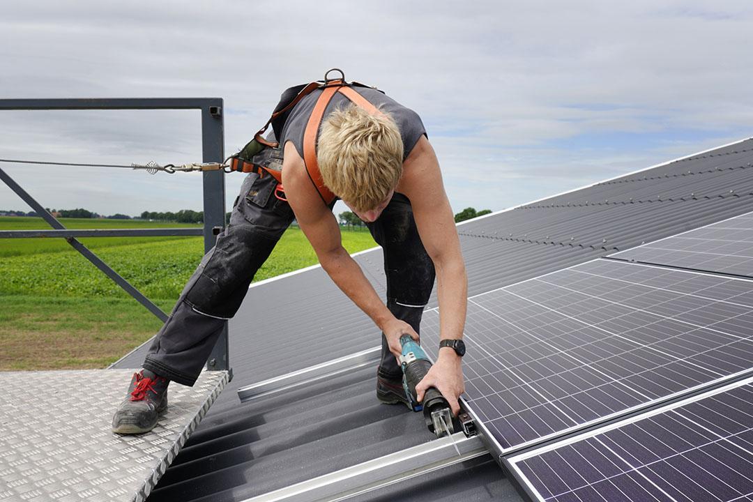 Niet ieder staldak is geschikt voor zonnepanelen. Vaak is een kleine aanpassing nodig. - Foto: Ruud Ploeg