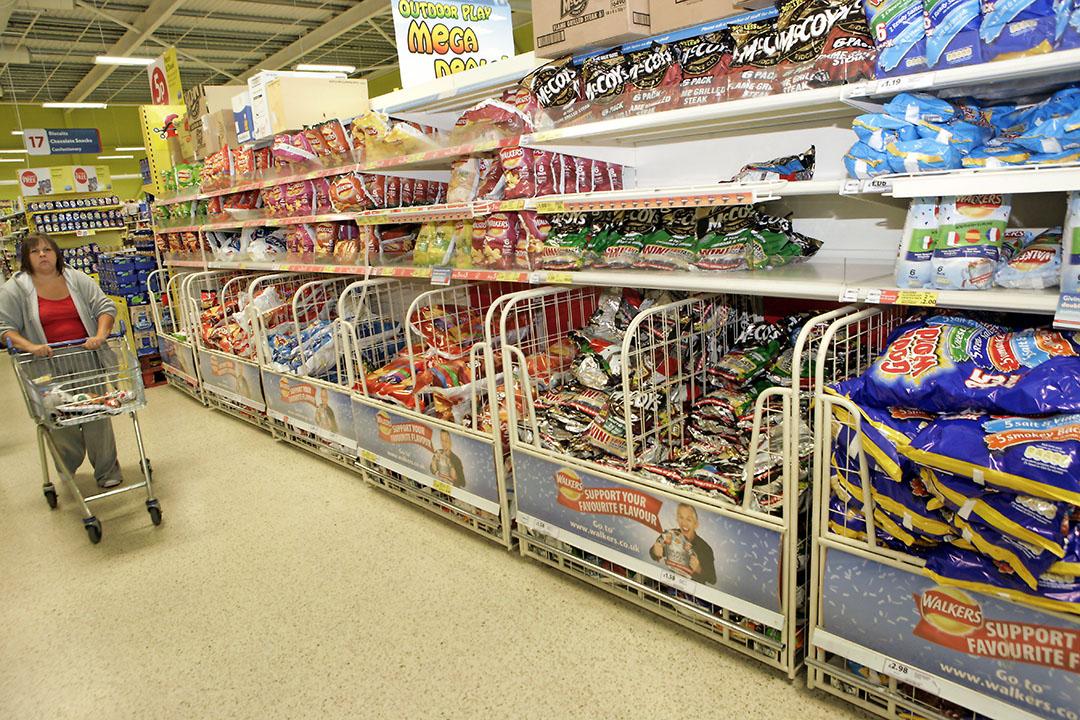 Schotse supermarkt. In het obesitasprogramma van de Britse regering wordt de verkoop van producten met te veel vet, suiker of zout aan banden gelegd. - Foto: Henk Riswick