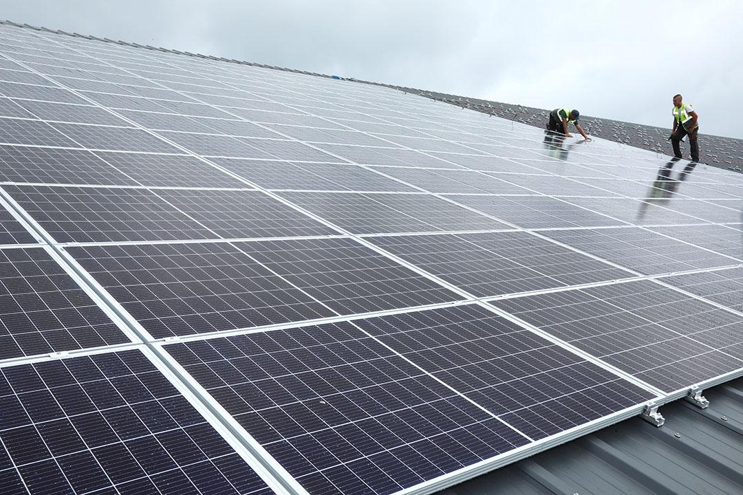 De aanleg van zonnepanelen op een melkveestal. - Foto:  Henk Riswick
