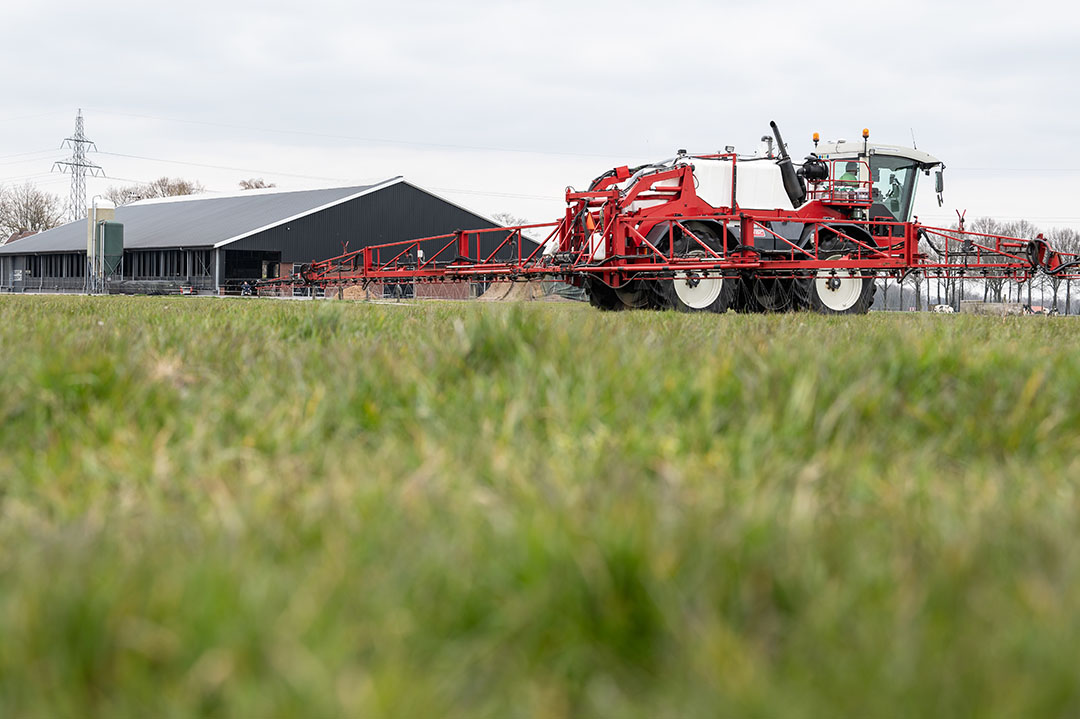 Spuiten van vloeibaar kunstmest op grasland. - Foto: Michel Velderman