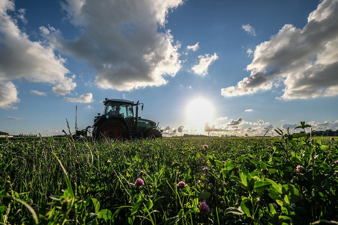 Om een idee te krijgen van de koolstofvastlegging door de bodem moeten activiteiten als bemesten, graslandvernieuwing en wisselbouw op die percelen centraal verzameld worden. - Foto: Jan Willem van Vliet