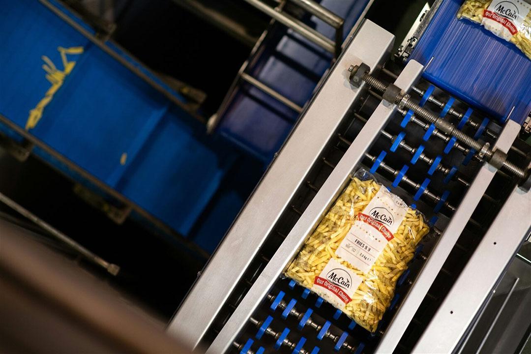 Productie van frites in een vestiging van McCain. - Foto: ANP
