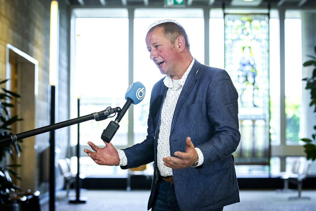 John Spithoven (Stichting Stikstofclaim) staat de pers te woord na afloop van van het kort geding over de veevoermaatregelen. - Foto: ANP