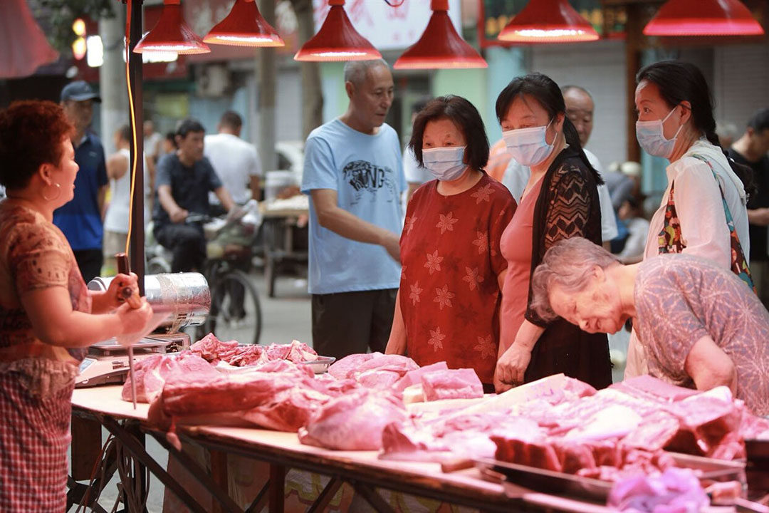 Een Chinese markt. De vraag naar varkensvlees is in China nog altijd groter dan het land zelf kan produceren. - Foto: ANP