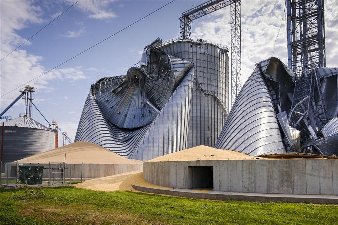 Beschadigde graansilo's in Iowa. Door een storm in de Verenigde Staten zijn maisvelden en -silo's flink beschadigd geraakt. - Foto: ANP