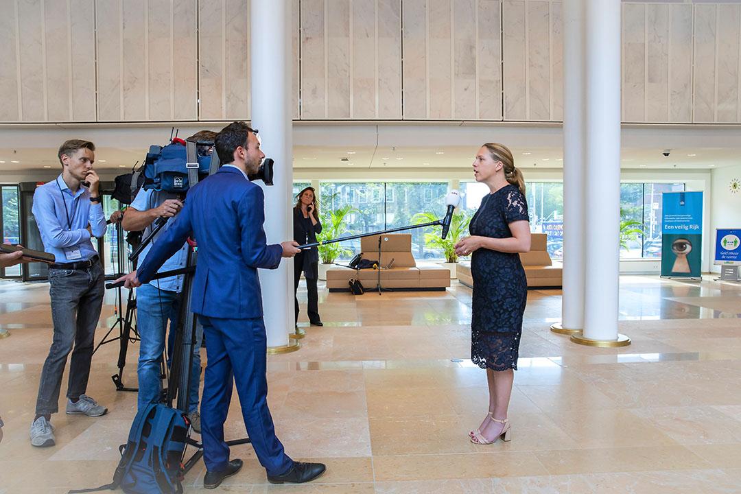 Landbouwminister Carola Schouten staat de pers te woord over het intrekken van de veevoermaatregel. - Foto: ANP