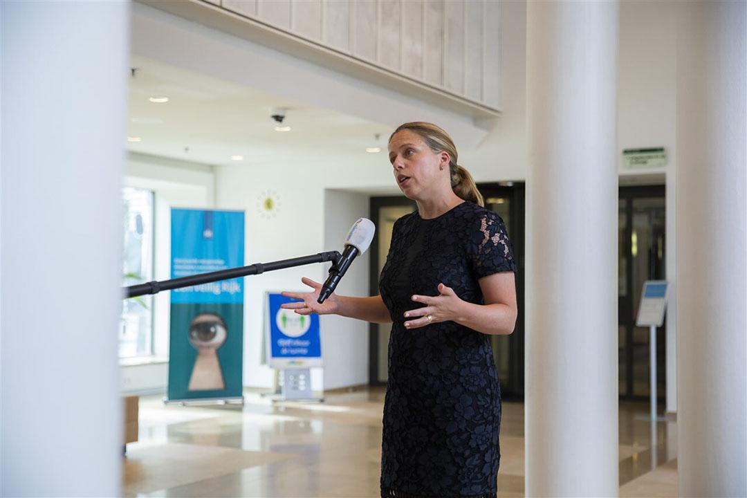 Minister Carola Schouten staat de pers te woord voor een toelichting op het terugtrekken van de omstreden voermaatregel. - Foto: ANP