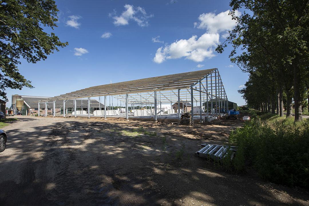 Grote investeringen zoals nieuwbouw van stallen en andere gebouwen zijn net als overnames belangrijke momenten voor de financiering van een bedrijf. - Foto: Hans Banus