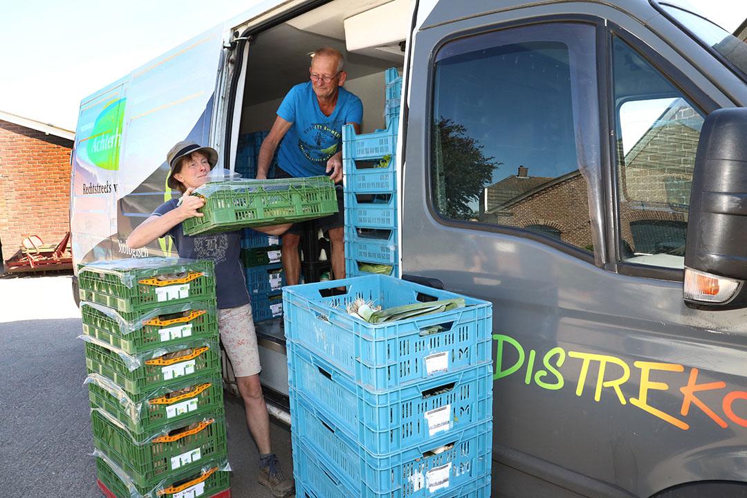 Rein van der Werff van distributeur Distreko haalt groenten op bij telers Wilma Kraaij en Erik Smeenk. - Foto: Henk Riswick