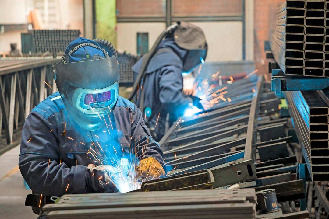 In de fabriek in Monster maakt Kubo zijn eigen kasonderdelen. - Foto: Joef Sleegers