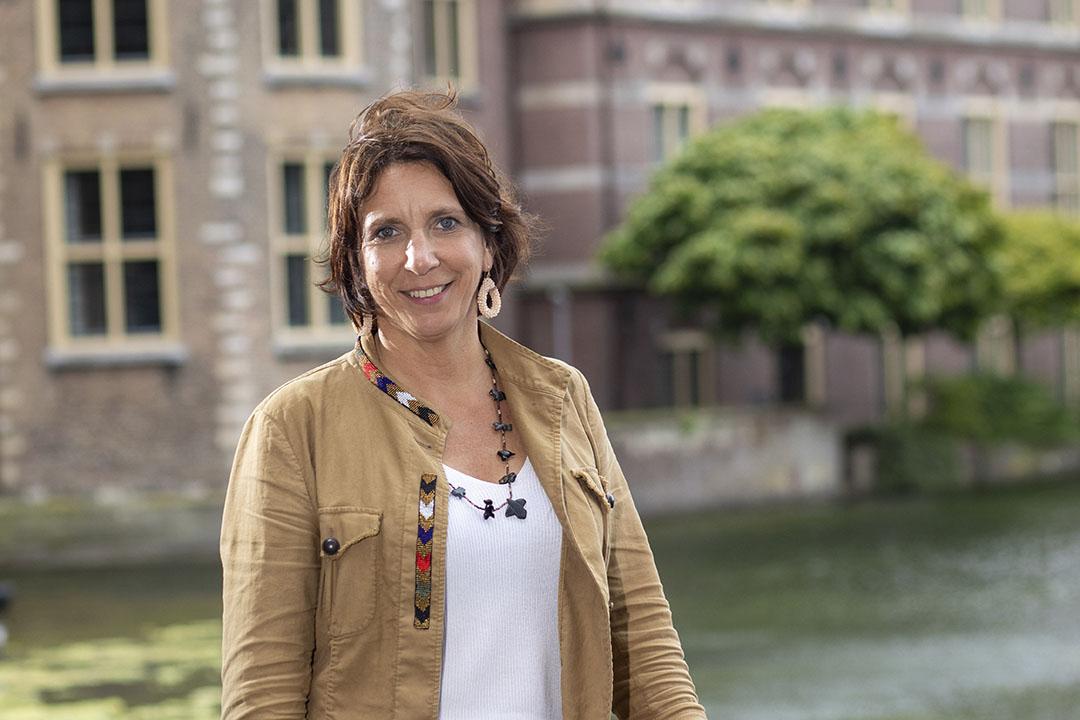 Helma Lodders is een van de meest ervaren Kamerleden van de VVD. Naast het woordvoerderschap voor landbouw en belastingen is ze voorzitter van de Kamercommissie voor Volksgezondheid en Sport. Terwijl veel van haar collega's lange tijd vanuit huis werkten, reed Lodders (52) ook tijdens de coronacrisis wekelijk naar Den Haag om de technische briefing over de crisis te leiden. - Foto: Roel Dijkstra