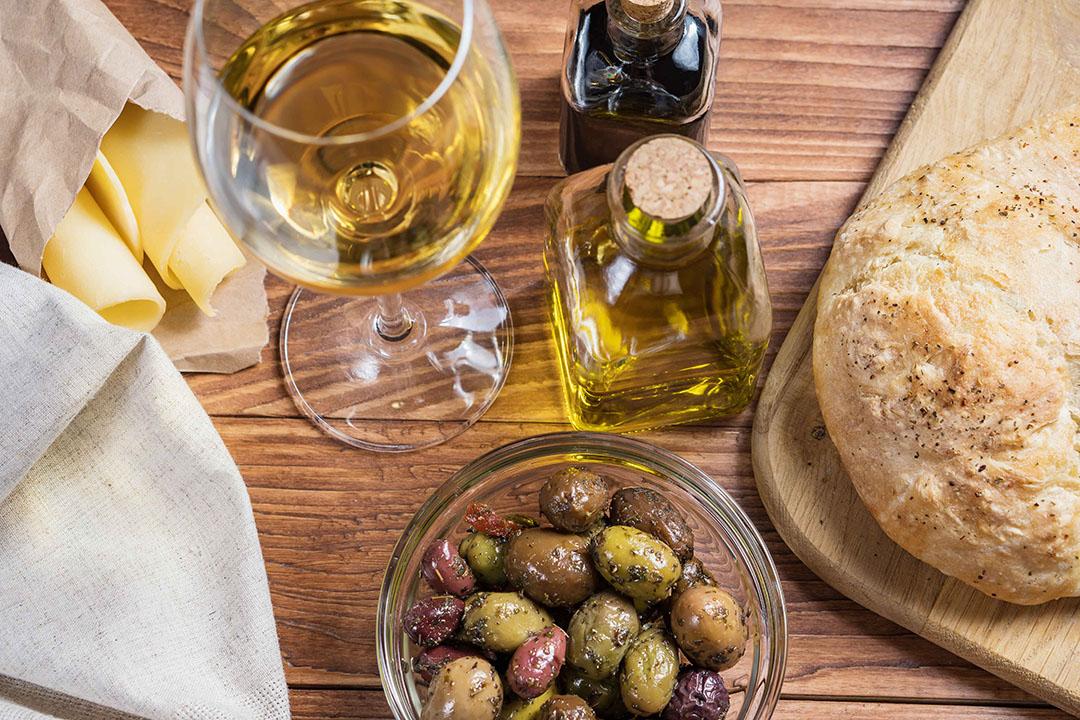 De heffingen gelden voor meer dan 1.400 regionale Europese producten, waaronder wijn, kaas (uit Nederland) en olijfolie. - Foto: Canva/Radachynskyi