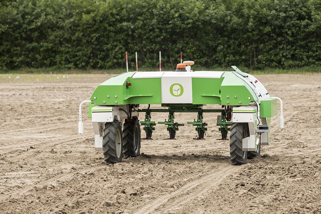 Gea Bakker verwacht niet dat alleen grote akkerbouwers gebruik gaan maken zelfrijdende machines. Als loonwerkers erin investeren kunnen ze bij meerdere akkerbouwers rondrijden. - Foto: Koos Groenwold