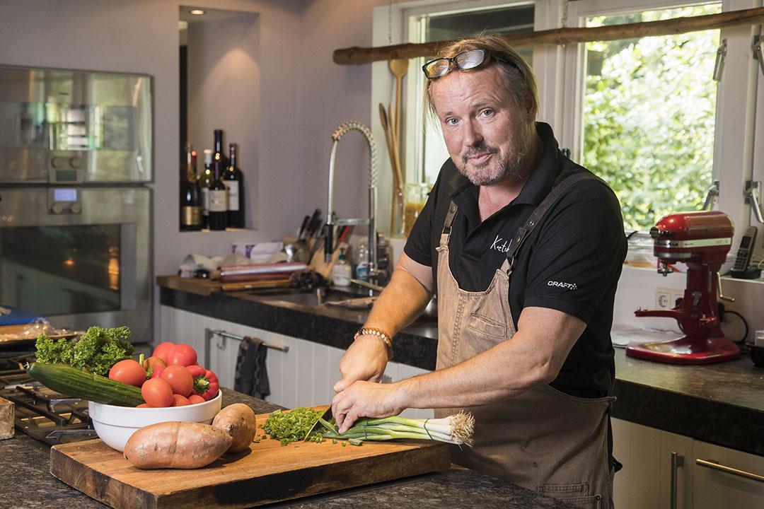 Chef-kok Guido Waterman is culinair ambassadeur van de promotiecampagne 'Onze kip'. - Foto: Koos Groenewold