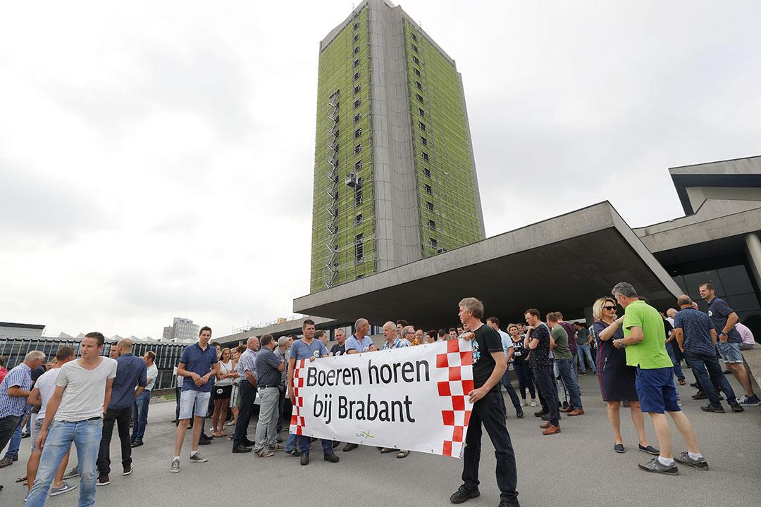 2017: boeren protesteren bij het Brabantse provinciehuis tegen het veehouderijbeleid. - Foto: Bert Jansen