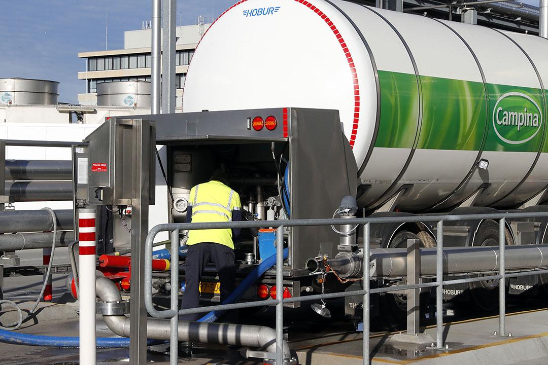 Melk wordt afgeleverd bij FrieslandCampina in Veghel. - Foto: Bert Jansen