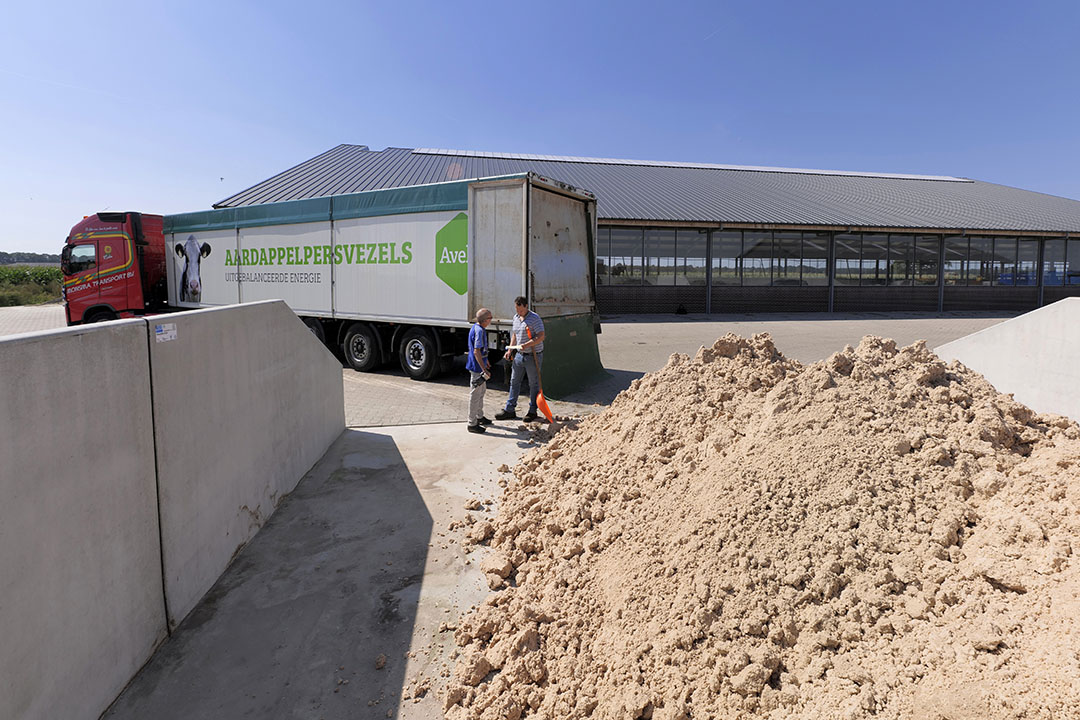 Lossen van een vracht aardappelpersvezels. - Foto: Ruud Ploeg