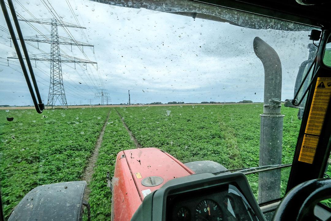 Rijdend over de akkers doemt een 220 kV-mast op. Enkele tientallen meters ernaast is een 380 kV mast gepland. - Foto: Jan Willem van Vliet