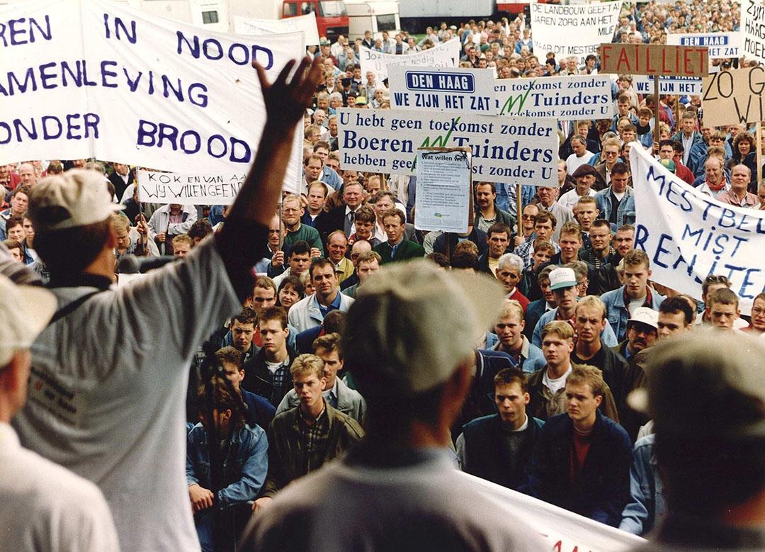 Duizenden boeren voerden onder aanvoering van actiecomité Wij zijn 't zat in 1995 actie in Den Haag tegen het mestbeleid. - Foto: ANP