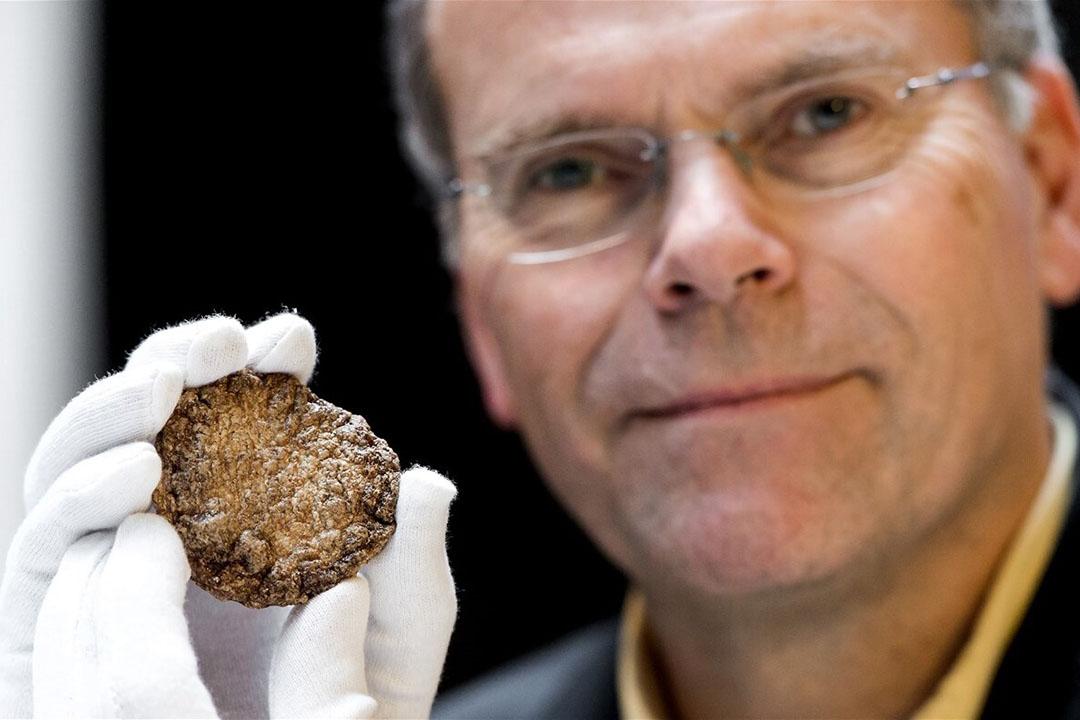 Mark Post, hoogleraar aan de Universiteit van Maastricht, poseerde in 2015 met de door hem en zijn team gecreëerde eerste kweekburger ter wereld. Foto: ANP