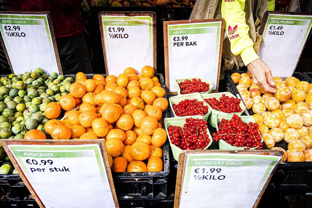 Fruit op de markt. De afzet van onder andere fruit blijft voornamelijk binnen een straal van 800 kilometer, denkt Rabobank. - Foto: ANP