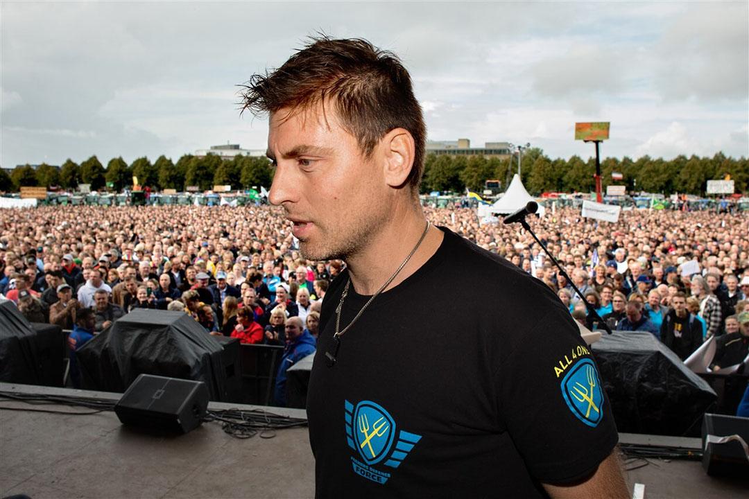 Marc van den Oever op het Malieveld-podium op 1 oktober. Hij riep de boeren op desnoods Schiphol en de Formule1-race in Zandvoort plat te leggen als er niet naar de boeren geluisterd zou worden. - Foto: Novum RegioFoto